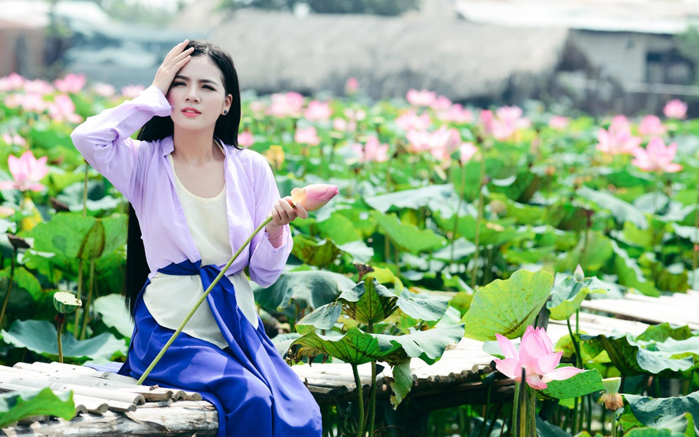 아름다운 베트남 여자와 연꽃