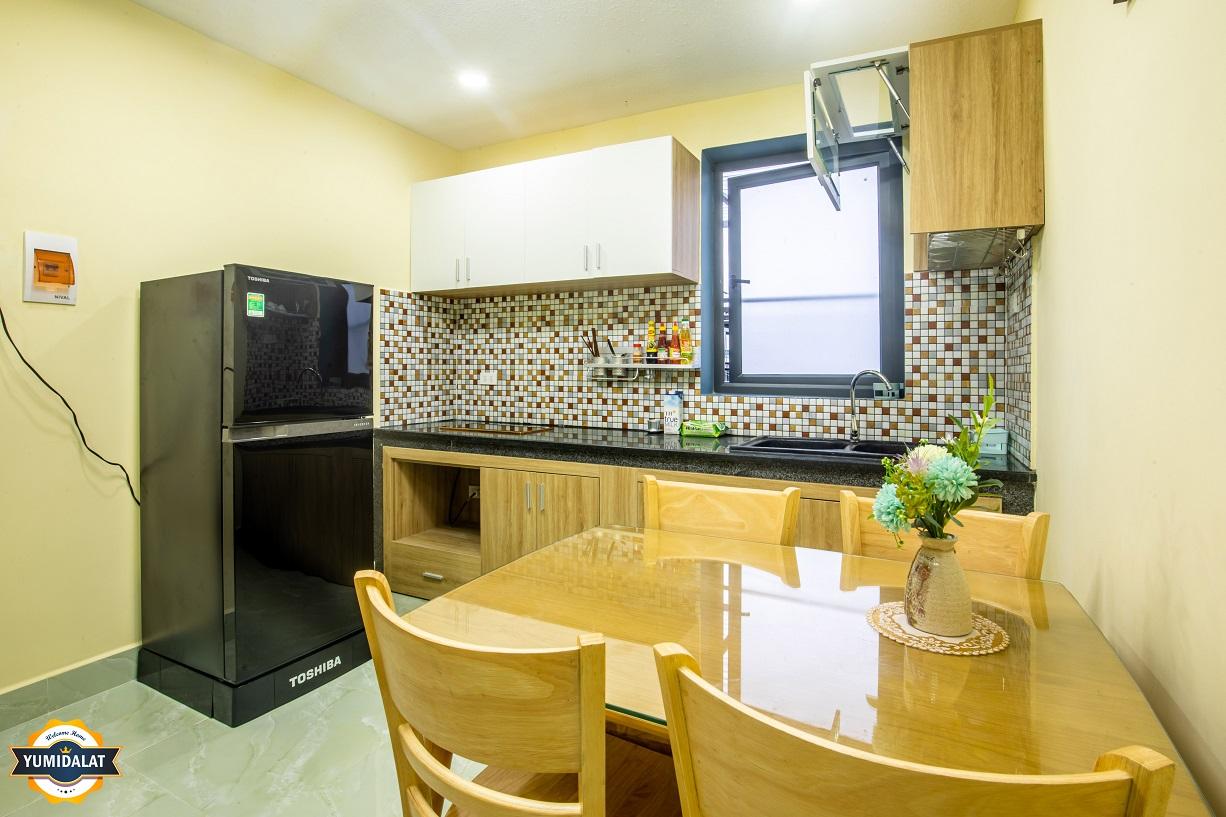 2,3 층에 발코니 있는 아파트 침실 1 개, 작업실 1 개